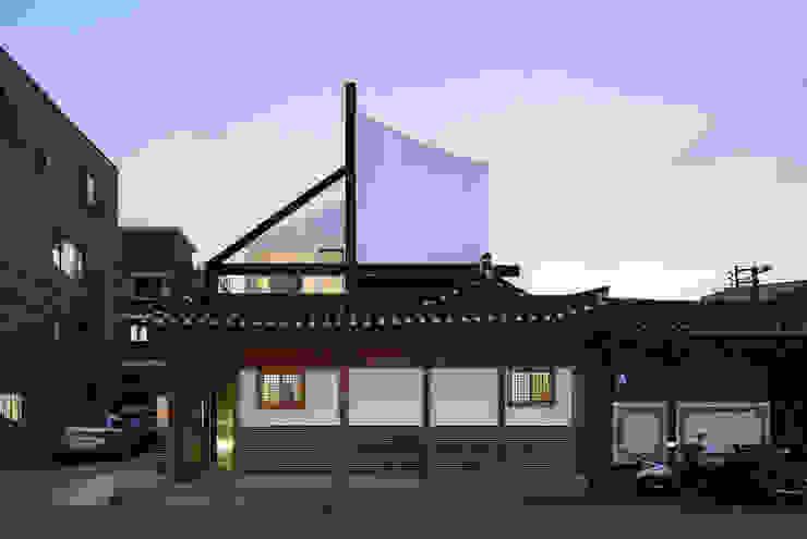 규제와 개발 아시아스타일 주택 by CoRe architects 한옥