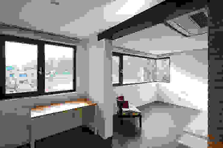 Modern corridor, hallway & stairs by CoRe architects Modern