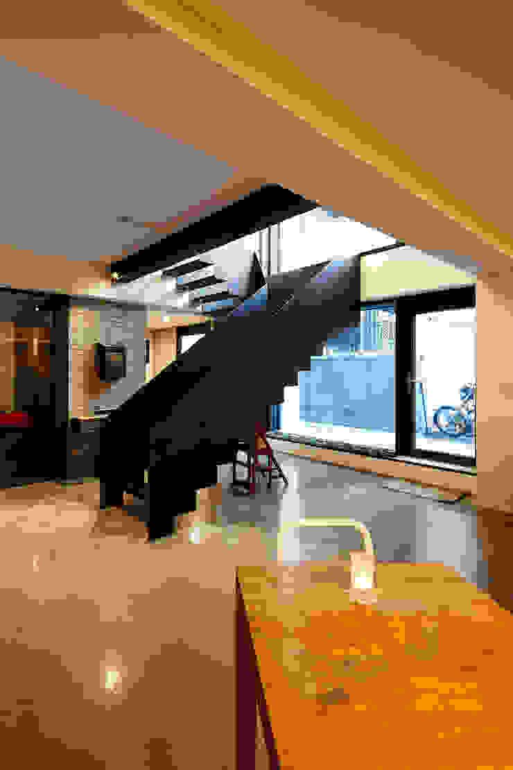 원남 206 쉐어하우스 모던스타일 복도, 현관 & 계단 by CoRe architects 모던