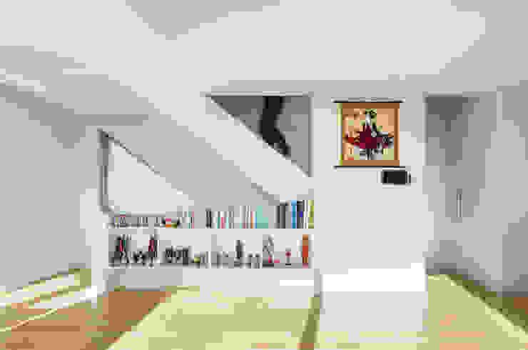 Salas modernas de CoRe architects Moderno