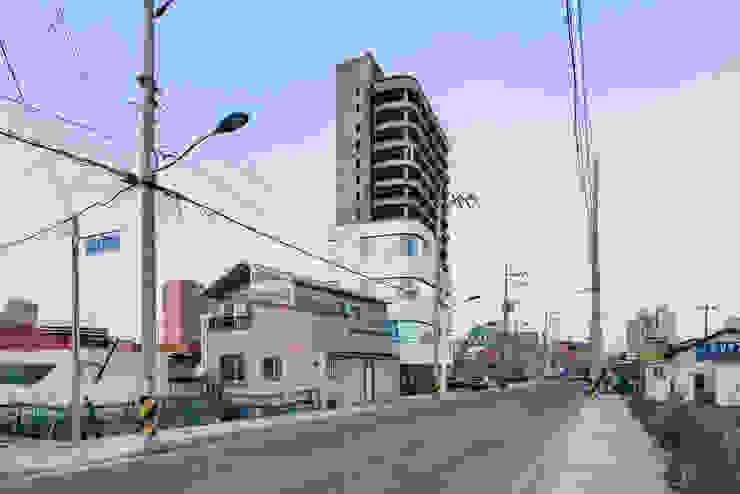 Casas modernas de CoRe architects Moderno