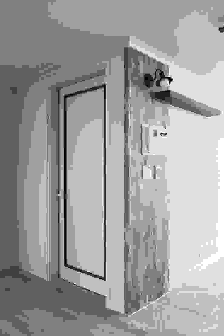 モダンスタイルの 玄関&廊下&階段 の 까사델오키드 モダン