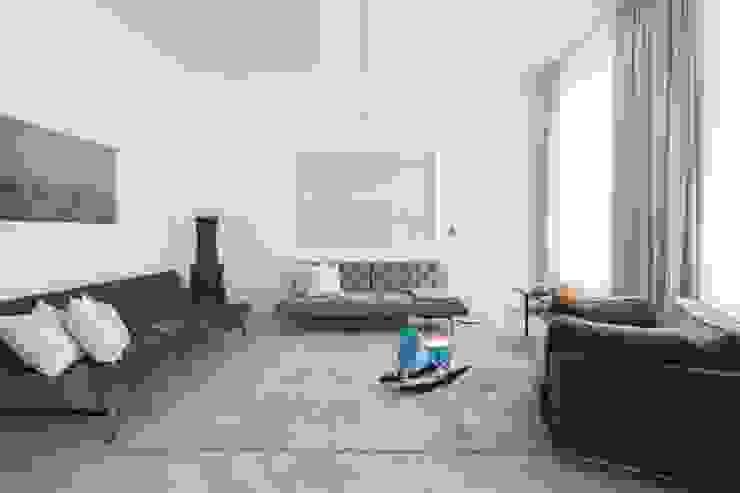 Salones de estilo moderno de destilat Design Studio GmbH Moderno