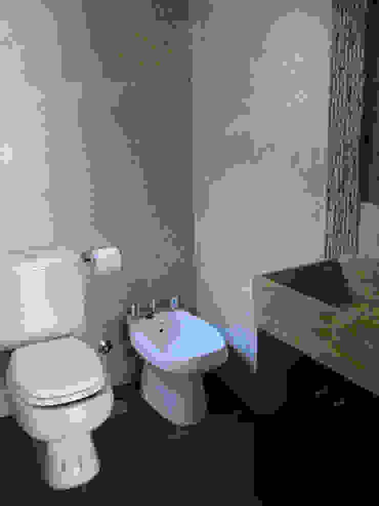 REMODELACION Y AMPLIACION DEPARTAMENTO EN VILLA LURO – CABA Baños modernos de ARQUITECTA MORIELLO Moderno