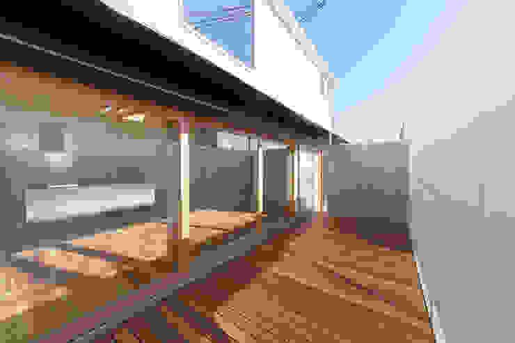 minimalist style balcony, porch & terrace by coil松村一輝建設計事務所 Minimalist Wood Wood effect