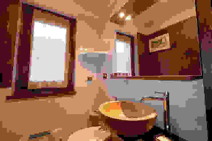 Baños de estilo rural de architetto Davide Fornero Rural Madera Acabado en madera