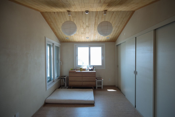 Modern style bedroom by 구름집 02-338-6835 Modern Wood Wood effect