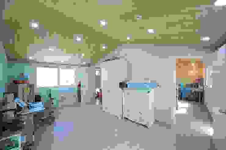 Dormitorios de estilo moderno de 구름집 02-338-6835 Moderno