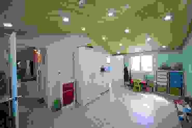 Dormitorios de estilo moderno de 구름집 02-338-6835 Moderno Madera Acabado en madera