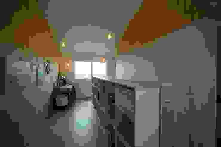 Estudios y despachos de estilo moderno de 구름집 02-338-6835 Moderno Madera Acabado en madera