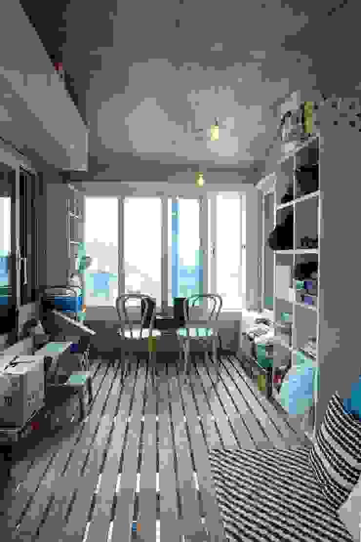 Modern balcony, veranda & terrace by 구름집 02-338-6835 Modern Wood Wood effect