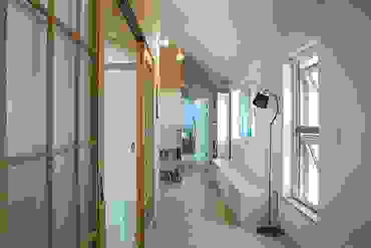 Modern corridor, hallway & stairs by 구름집 02-338-6835 Modern Wood Wood effect