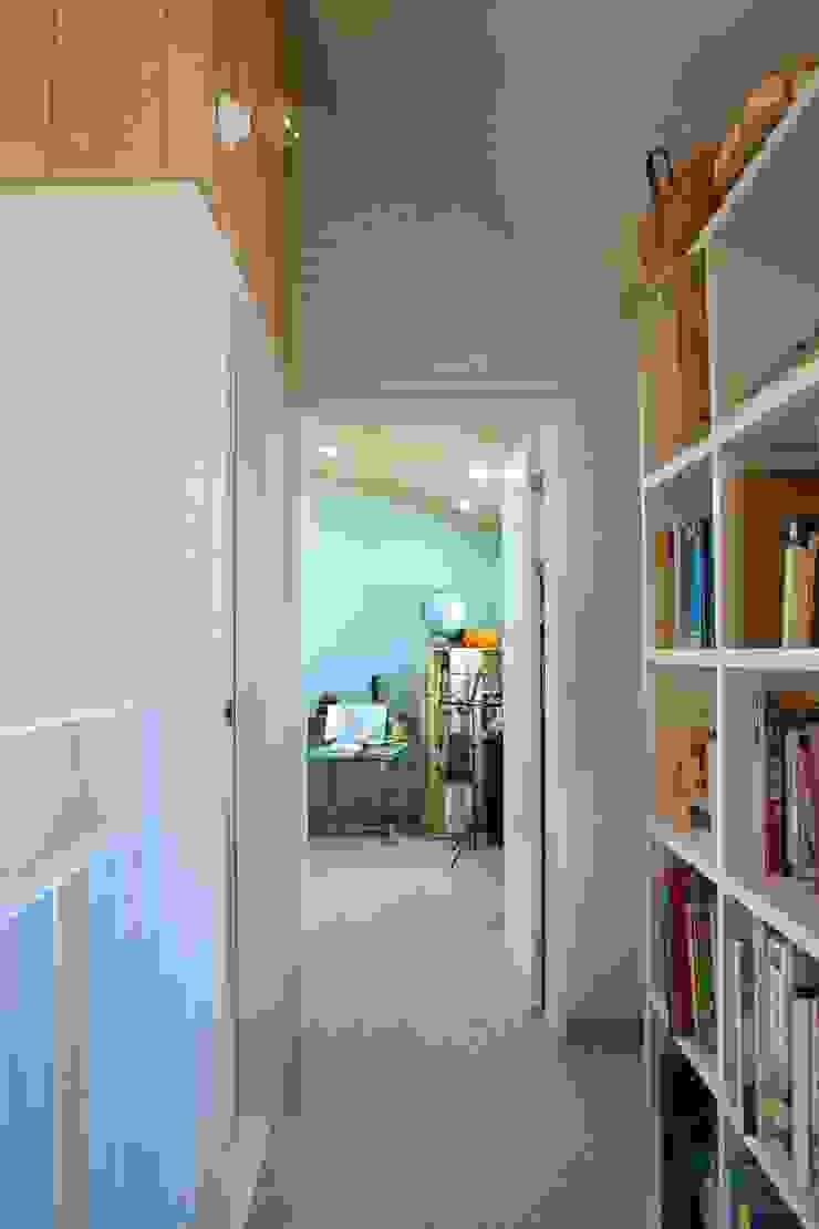 Modern corridor, hallway & stairs by 구름집 02-338-6835 Modern Bricks