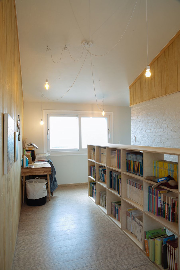 Modern study/office by 구름집 02-338-6835 Modern Wood Wood effect