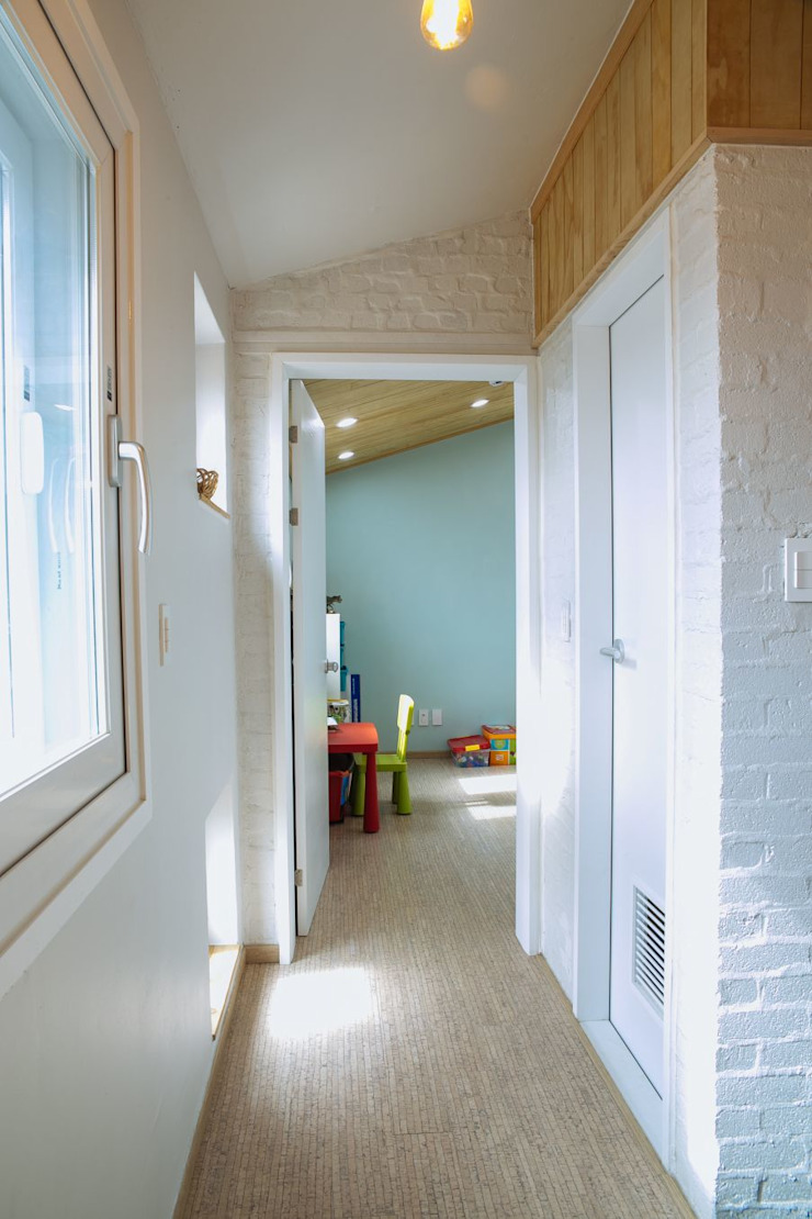 Pasillos, vestíbulos y escaleras de estilo moderno de 구름집 02-338-6835 Moderno Madera Acabado en madera