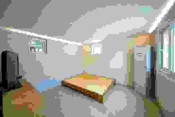 Dormitorios de estilo moderno de 구름집 02-338-6835 Moderno Hormigón