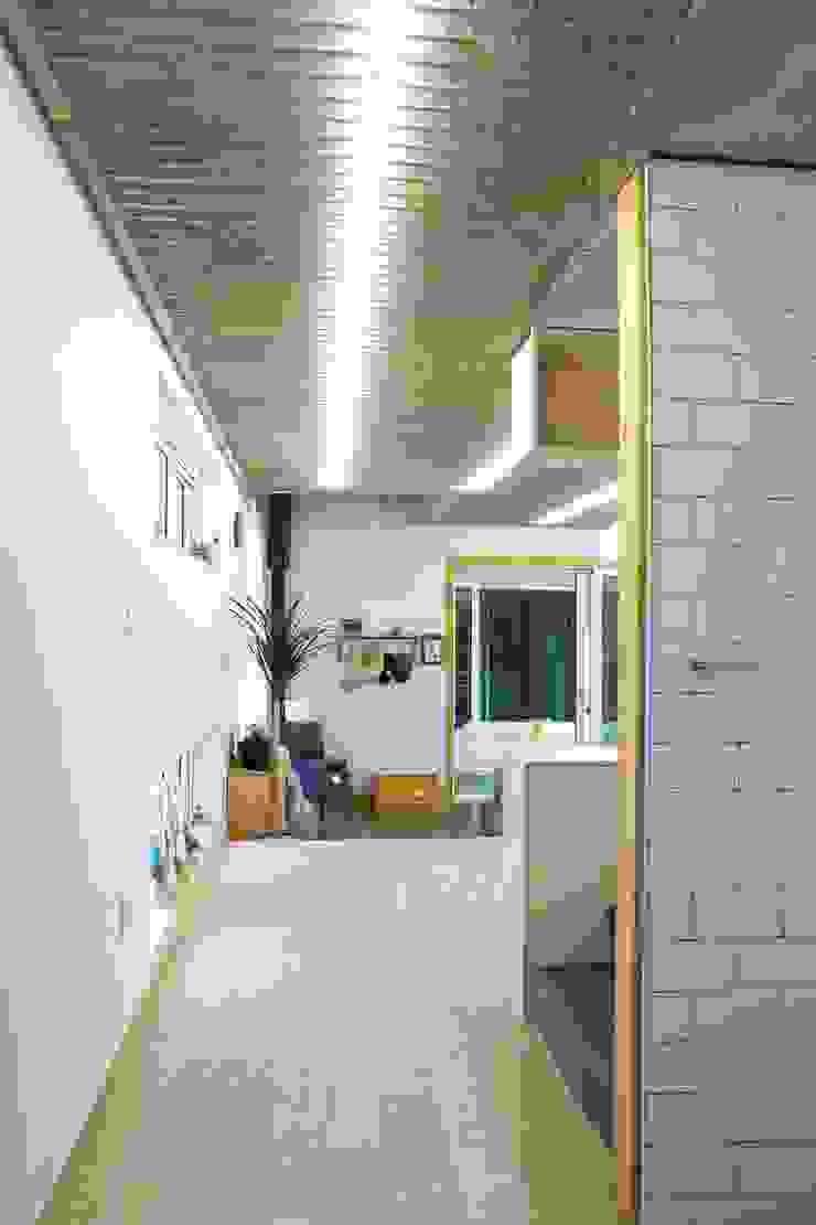 Modern corridor, hallway & stairs by 구름집 02-338-6835 Modern Concrete