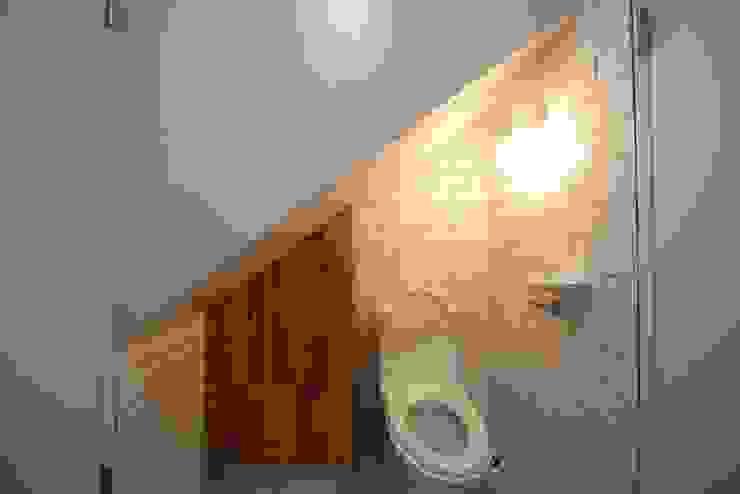 Baños de estilo moderno de 구름집 02-338-6835 Moderno Azulejos
