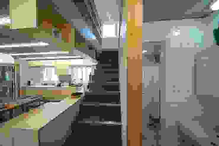Pasillos, vestíbulos y escaleras de estilo moderno de 구름집 02-338-6835 Moderno Hormigón