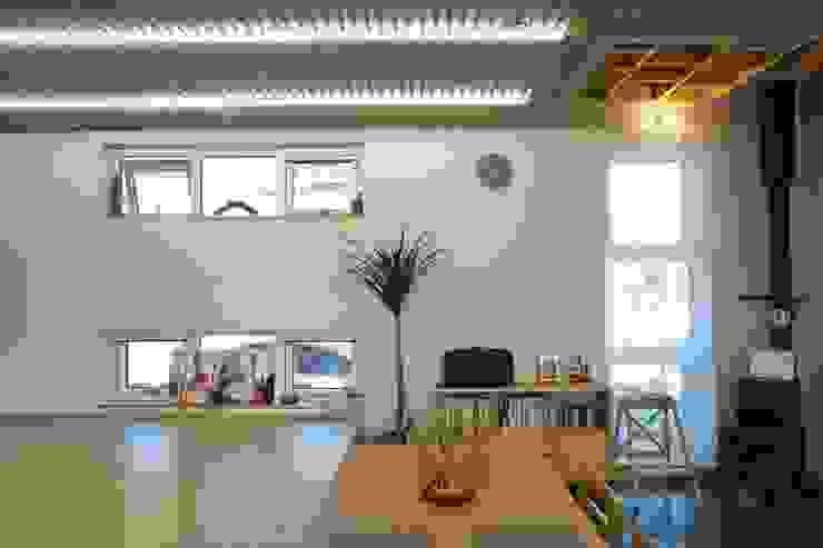Salones de estilo moderno de 구름집 02-338-6835 Moderno Madera Acabado en madera
