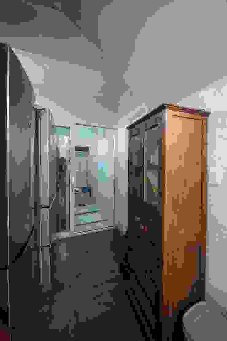 Pasillos, vestíbulos y escaleras de estilo moderno de 구름집 02-338-6835 Moderno Metal