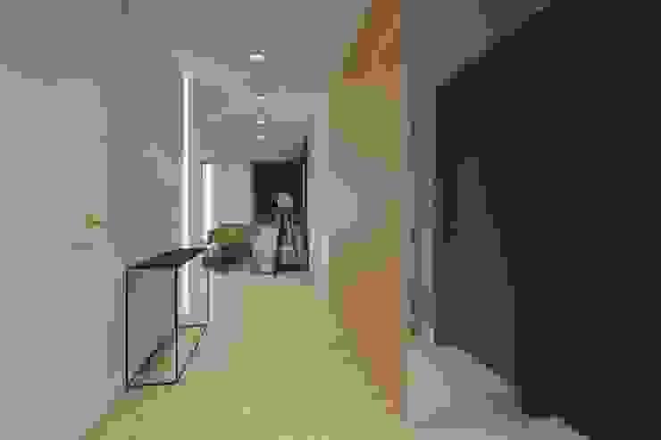 الممر الحديث، المدخل و الدرج من INNers - architektura wnętrza حداثي