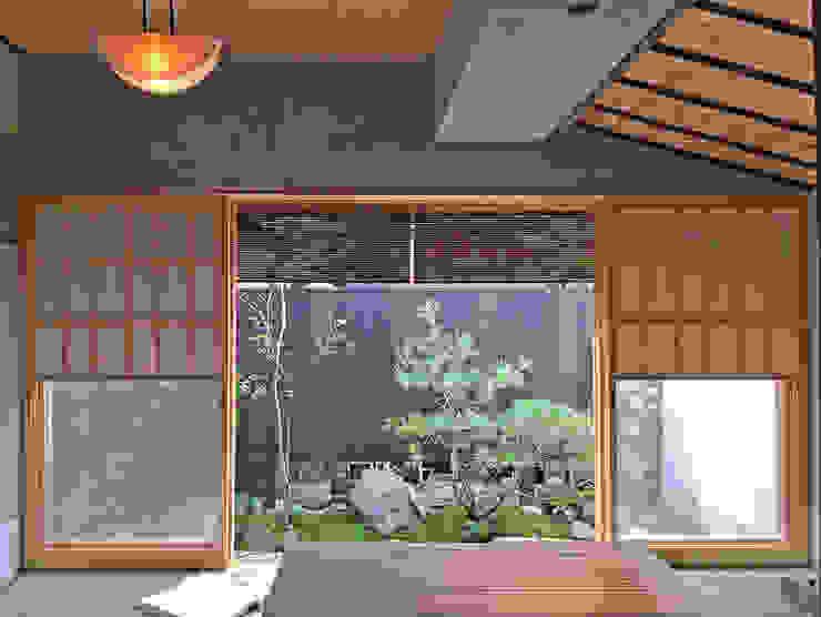 Classic style windows & doors by 井上スダレ株式会社 Classic Wood Wood effect