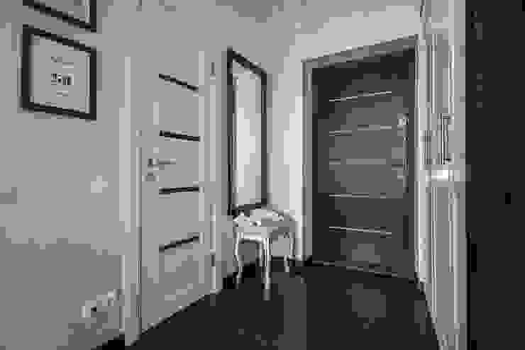 Couloir, entrée, escaliers originaux par Студия Анастасии Бархатовой Éclectique