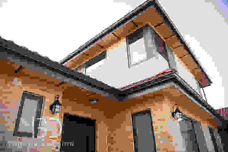 따뜻한 느낌의 외관 모던스타일 주택 by 영보디자인 YOUNGBO DESIGN 모던