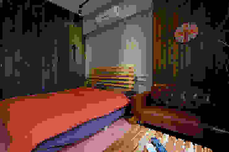 兩種顏色組成的床包組合: 產業  by Lee Design International 空間&室內設計, 工業風 棉 Red