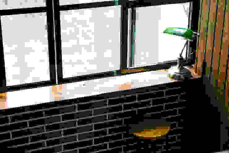 小平台為室內增加可種植花園的可能:  國家  by Lee Design International 空間&室內設計, 鄉村風 木頭 Wood effect
