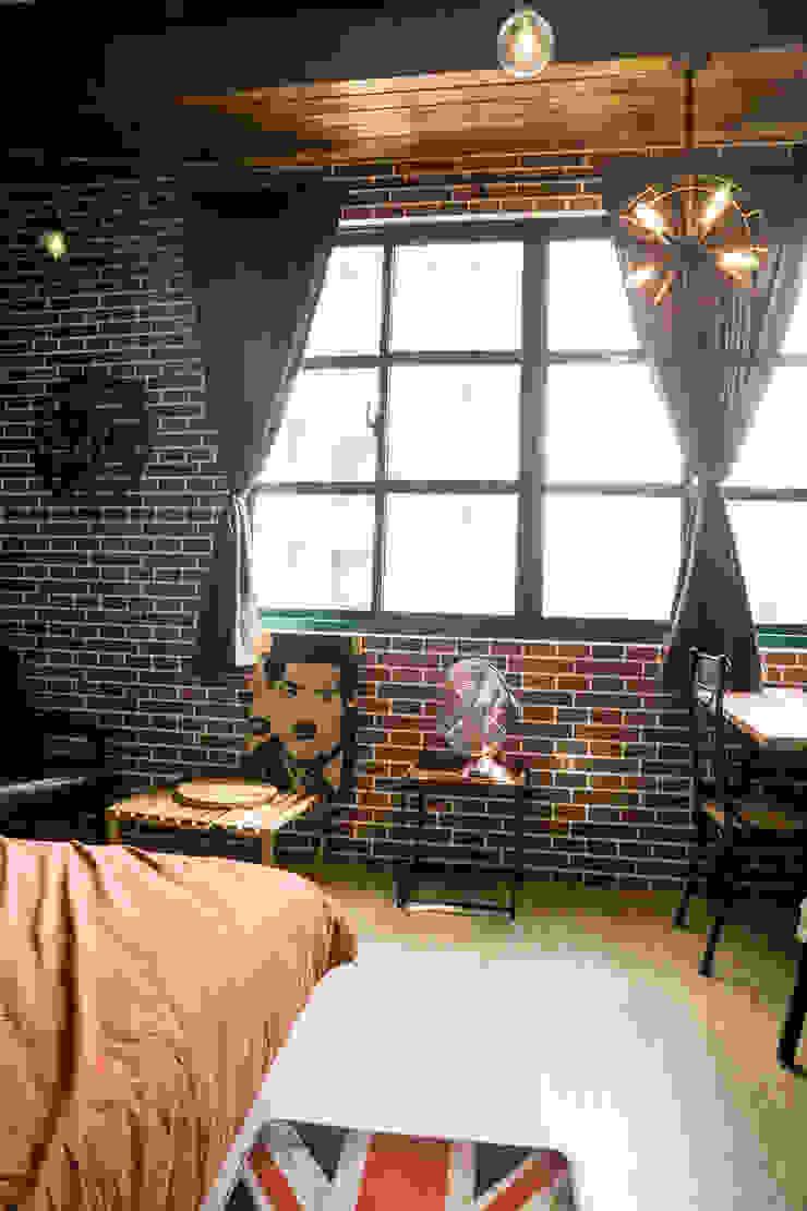 與磚牆配合的各式復古家具: 斯堪的納維亞  by Lee Design International 空間&室內設計, 北歐風 金屬