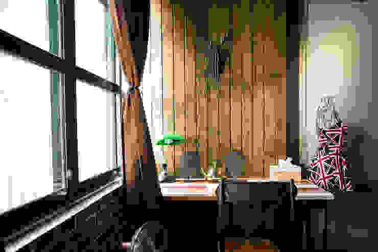 木條牆配合設計鹿頭 根據 Lee Design International 空間&室內設計 鄉村風 實木 Multicolored