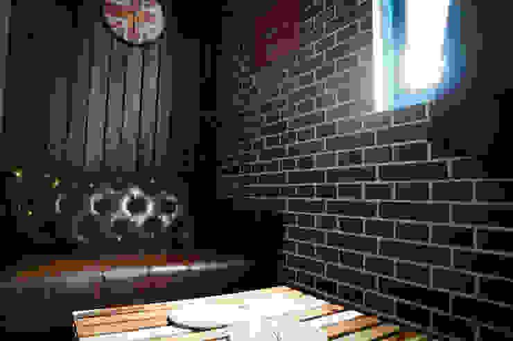 復古磁磚拼貼成的磚牆,直條木的牆面的組合 根據 Lee Design International 空間&室內設計 北歐風 磚塊