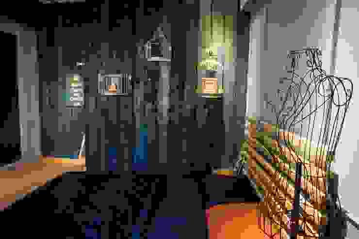 金屬雕花鐵件,配合黑色實木牆,多層次的搭配: 經典  by Lee Design International 空間&室內設計, 古典風 金屬
