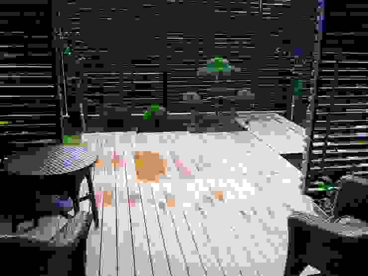 Jardines de estilo  por The Peaceful Gardens, Moderno Compuestos de madera y plástico