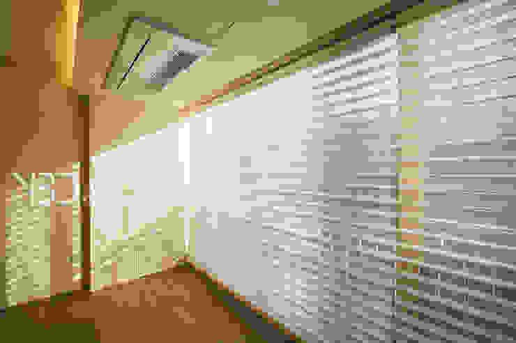 따뜻한 거실창: 영보디자인  YOUNGBO DESIGN의 현대 ,모던