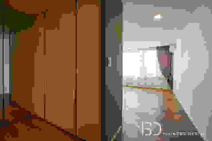 가벽으로 만들어진 드레스룸과 아늑한 침실 모던스타일 드레싱 룸 by 영보디자인 YOUNGBO DESIGN 모던