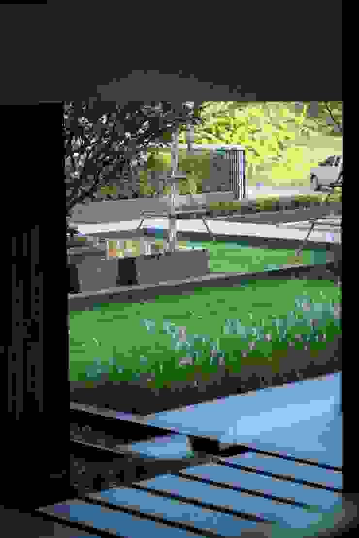 มองออกไปยังสวนหน้าออฟฟิส โดย Overtimearchitect