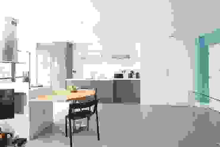 London duplex kitchen layout Modern Kitchen by ESTHERRICO Design & Businness Modern