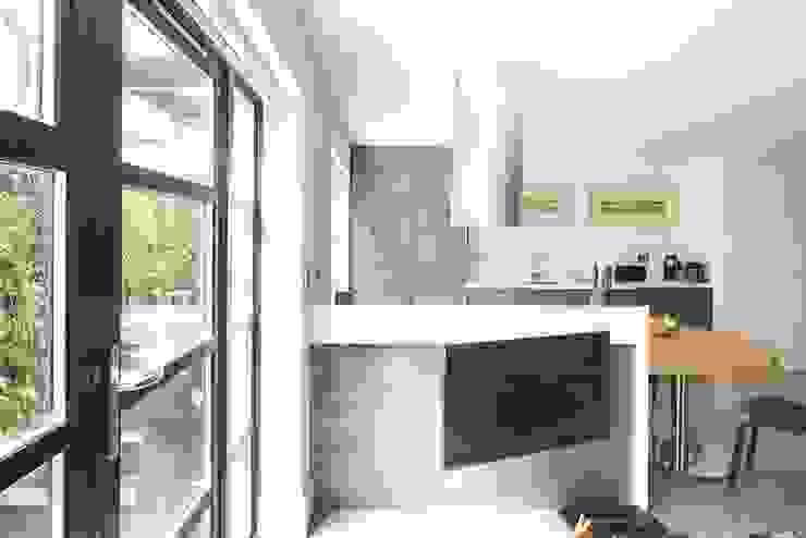 London duplex kitchen island back Modern Kitchen by ESTHERRICO Design & Businness Modern