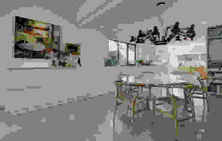 Modern dining room by CHORA architecten Modern