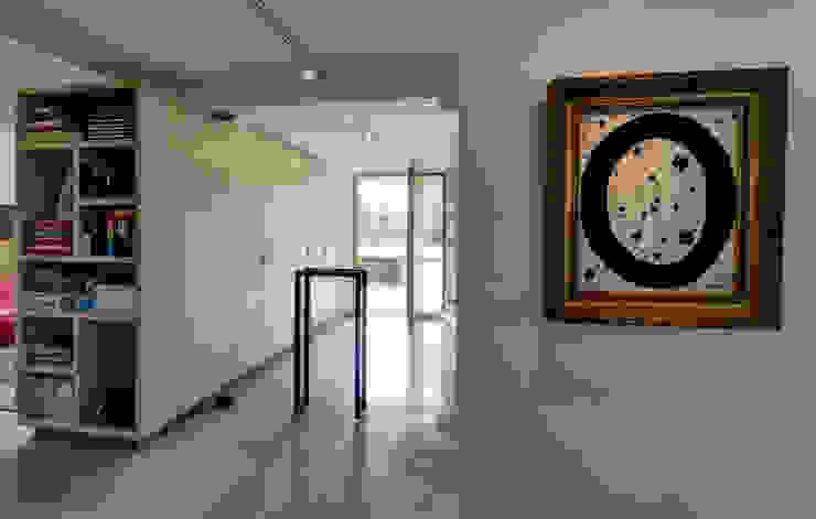 Modern corridor, hallway & stairs by CHORA architecten Modern