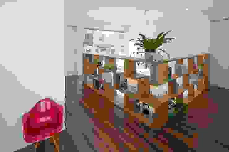 飾り棚・本棚 LITTLE NEST WORKS モダンデザインの 多目的室 木目調
