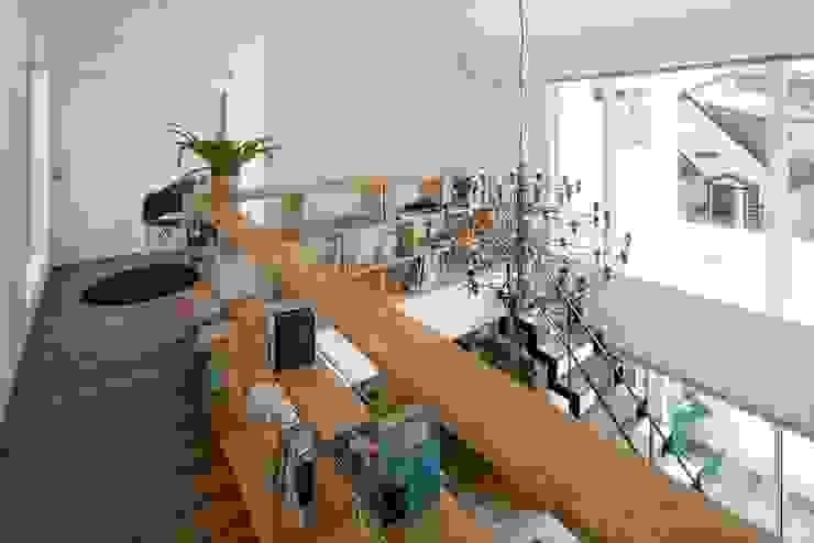 飾り棚・本棚: LITTLE NEST WORKSが手掛けたスカンジナビアです。,北欧