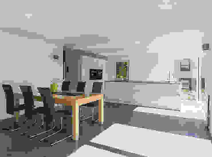 Großzügiger Ess- Kochbereich KitzlingerHaus GmbH & Co. KG Moderne Esszimmer Holzwerkstoff Weiß