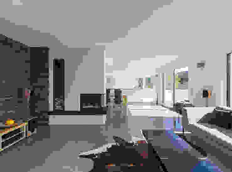 Wohnzimmer mit nach 2 Seiten offenem Kamin KitzlingerHaus GmbH & Co. KG Moderne Wohnzimmer Holzwerkstoff Weiß