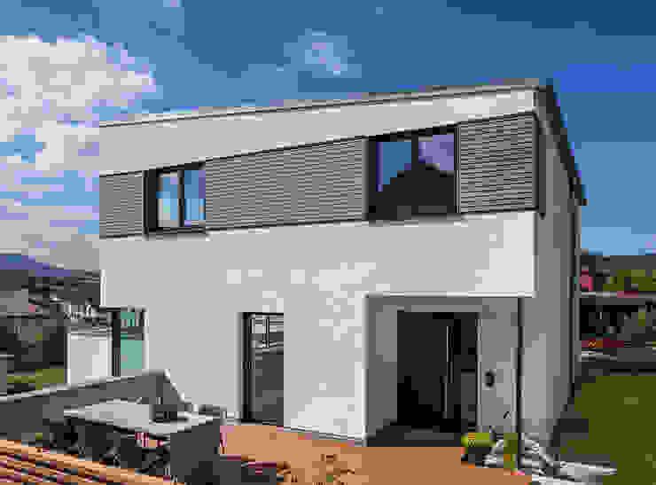 Eingangsbereich mit Terrasse KitzlingerHaus GmbH & Co. KG Moderne Häuser Holzwerkstoff Weiß