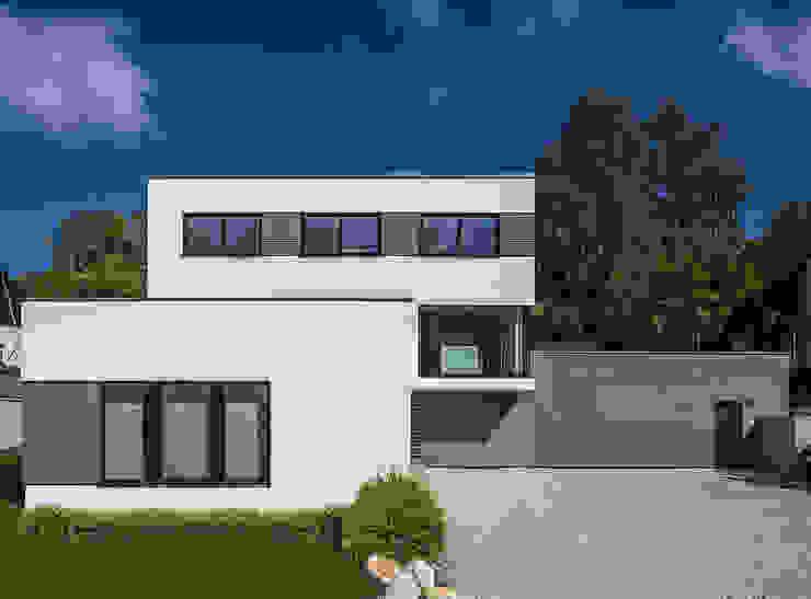 Viel Platz für drei Generationen KitzlingerHaus GmbH & Co. KG Moderne Häuser Holzwerkstoff Weiß