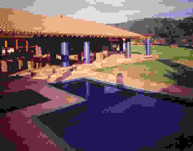 Alberca y jardín Casas de estilo rural de homify Rural
